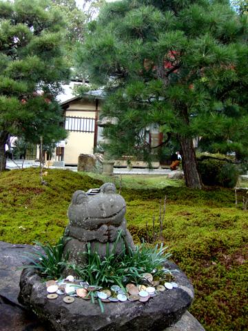 金戒光明寺の庭園のカエルの写真
